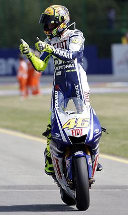 Valentino Rossi celebra su victoria.  Foto: Reuters