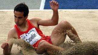 El saltador español Andrés Capellán durante uno de sus saltos en la sesión de clasificación de triple salto del Mundial de atletismo Berlín 2009.  Foto: EFE