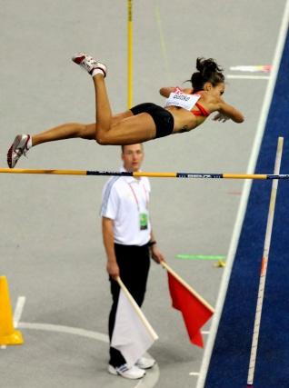 La atleta alemana Anna Battke compite en la ronda previa de la prueba femenina de salto con pértiga en los Mundiales de Atletismo Berlín ´09.  Foto: EFE