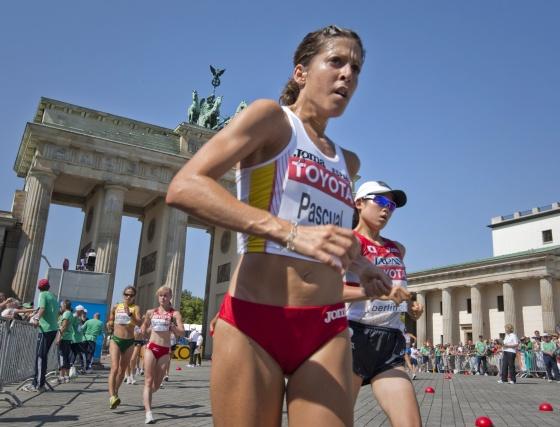 La española Beatriz Pascual (c) particpando en la prueba de 20 kilómetros marcha del Mundial de atletismo Berlín 2009.  Foto: EFE