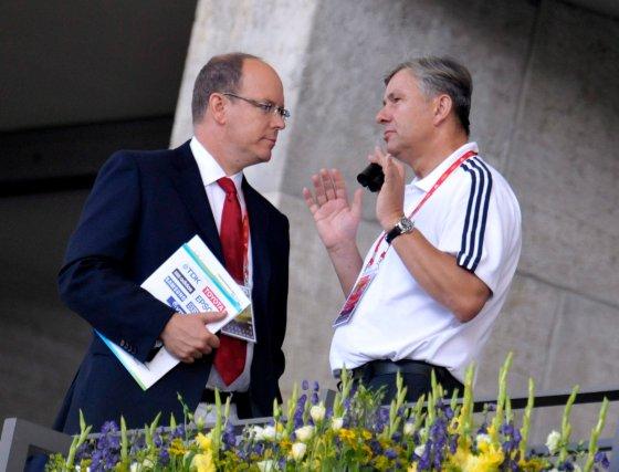 El príncipe Alberto de Mónaco (i) conversa con el alcalde de Berlín, Klaus Wowereit (d), en el palco honorario durante los Mundiales de Atletismo de Berlín '09.  Foto: EFE