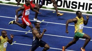 Bolt se ha problamaco campeón mundial de 100 metros en 9.58 segundos frente al estadounidense Tyson Gay, que batió el récord de Estados Unidos con 9.71 segundos.  Foto: EFE