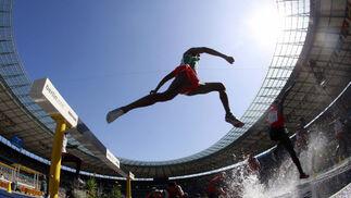 Los atletas participan en la primera ronda de los 3.000 metros durante la celebración de los Campeonatos del Mundo de Atletismo en Berlín (Alemania).  Foto: EFE