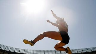 La atleta alemana Jennifer Oeser compite en la prueba de salto de longitud perteneciente a la competición de Heptatlón.  Foto: EFE