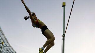 La atleta alemana Kristina Gadschiew compite en la ronda previa de la prueba femenina de salto con pértiga.  Foto: EFE