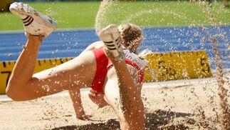 La atleta suiza Linda Zueblin compite en la prueba de salto de longitud perteneciente a la competición de Heptatlón.  Foto: EFE