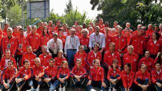 Foto de familia del ministro de Interior, Alfredo Pérez Rubalcaba (c), el secretario de Estado para el Deporte, Jaime Lissavetzky (c-d), y el presidente de la Federación Española de Atletismo, José María Odriozola (c-i), junto a los miembros de la selección española de atletismo que participan en Berlín.  Foto: EFE