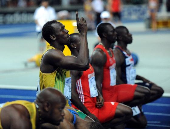 El atleta jamaicano Usain Bolt se prepara para la final de los 100 metros lisos masculinos de los Mundiales de Atletismo en Berlín (Alemania).  Foto: EFE
