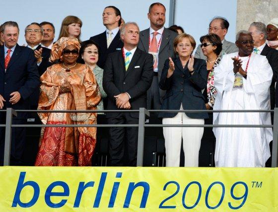 La canciller alemana Angela Merkel junto a otras autoridades políticas y deportivas durante la ceremonia de inauguración de los Mundiales de Atletismo Berlín '09 que se celebran en la capital de Alemania.  Foto: EFE