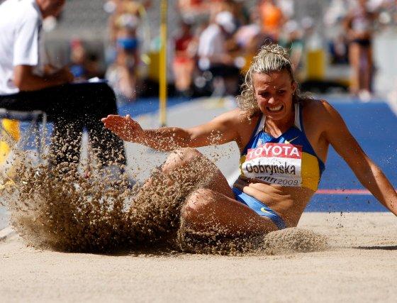 La atleta ucraniana Nataliia Dobrynska compite en la prueba de salto de longitud perteneciente a la competición de Heptatlón.  Foto: EFE