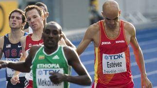 El atleta español Reyes Estévez (d) durante la prueba de 1.500 metros de los campeonatos mundiales de atletismo de Berlín.  Foto: EFE