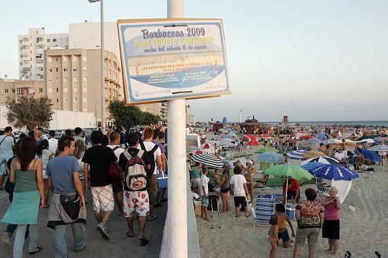 Un cartel anuncia que las barbacoas están acotadas a los módulos 1 a 5 de la playa Victoria.   Foto: Lourdes de Vicente