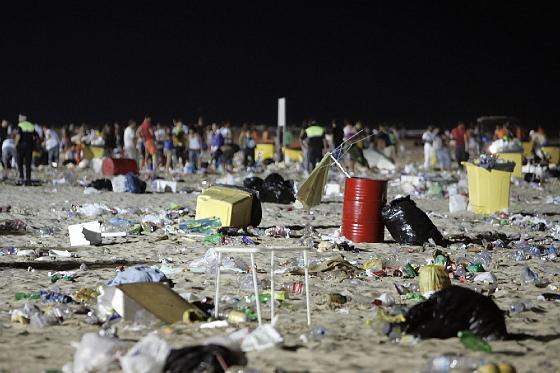 Las barbacoas dejaron sobre la arena toneladas de basura.   Foto: Lourdes de Vicente