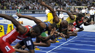 Los corredores masculinos justo en el momento de la salida durante la final de los 100 metros del Mundial de atletismo Berlín 2009.  Foto: EFE