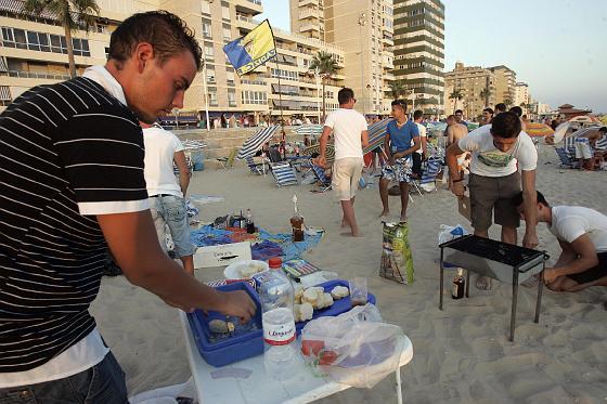 Un grupo de jóvenes prepara la cena.   Foto: Lourdes de Vicente