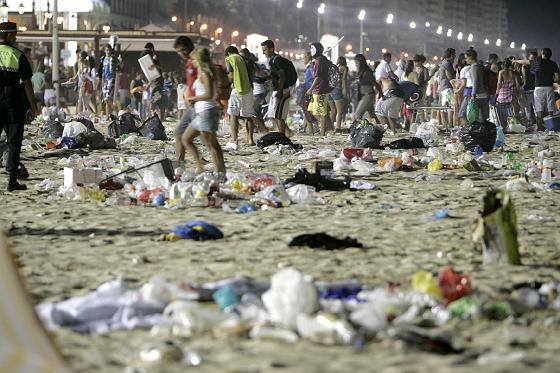 La muchedumbre abandona la playa.   Foto: Lourdes de Vicente