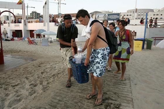 Las neveras para mantener la bebida fría no podían faltar.   Foto: Lourdes de Vicente