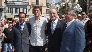 El abanderado Javier Ojeda junto con miembros de la corporación municipal y el Alcalde de Málaga durante la parada en la Plaza del Marqués de Larios donde tendría lugar la izada de la bandera. FOTO: Migue Fernández