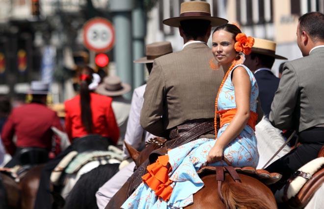 Los caballos continúan su camino junto con un sol de justicia. FOTO: Migue Fernández