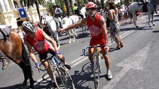 Las bicicletas se han un hueco entre los caballos y se incorporan a la peregrinación de los romeros. FOTO: Migue Fernández