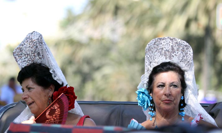 Las malagueñas no se quisieron perder el emotivo acto y acudieron perfectamente ataviadas a la cita. FOTO: Migue Fernández