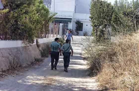 La Guardia Civil alerta a los vecinos de la obligación de abandonar las viviendas.  Foto: Manuel Gómez, EFE