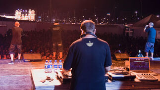 Hablando en Plata llenó la Caseta de la Juventud de la Feria.