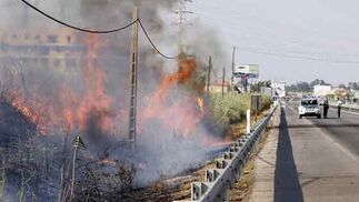 Numerosas llamas provocaron el desalojo de más de 60 vecinos de la urbanización Simón Verde.  Foto: Manuel Gómez, EFE