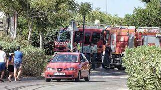 Numerosos efectivos de bomberos contrlaron los alrededores del lugar del incendio.  Foto: Manuel Gómez, EFE