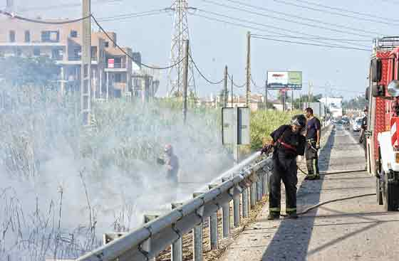 Varios bomberos trabajan para sofocar el fuego.  Foto: Manuel Gómez, EFE