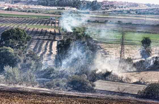 Vista general de lo alcanzado por el fuego.  Foto: Manuel Gómez, EFE