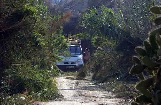 Una familia intenta escapar de la zona para evitar ser alcanzados por el fuego.  Foto: Manuel Gómez, EFE