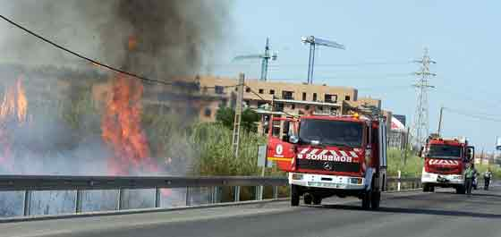 Los bomberos llegan al lugar de los hechos.  Foto: Manuel Gómez, EFE