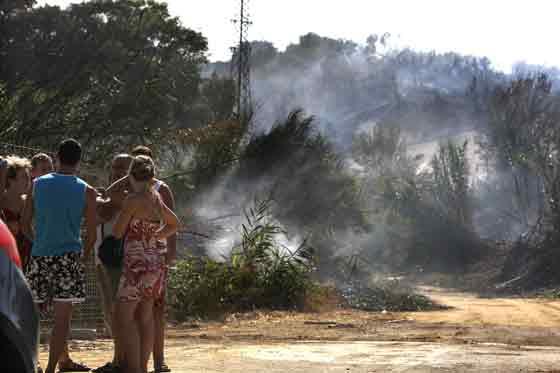 Fueron los propios vecinos los que alertaron a los servicios de emergencias.  Foto: Manuel Gómez, EFE