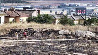 Los vecinos pasean por la zona afectada.  Foto: Manuel Gómez, EFE