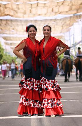 Mujeres vestidas de flamenca zarandeaban de un lado para otro por las calles del centro. FOTO: Migue Fernández
