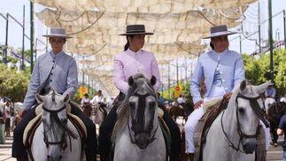 Perfectamente ataviadas, las caballistas se paseaban a lomos del equino por el Real de la Feria. FOTO: Migue Fernández