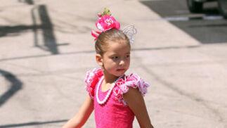 Una niña pasea por el Real vestida de flamenca. FOTO: Migue Fernández