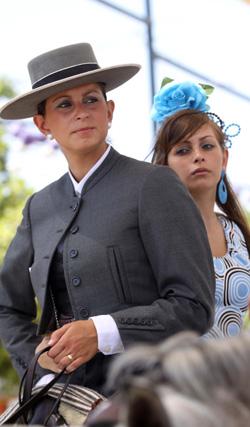 Sombreros y abanicos se conviertieron en complementos imprescindibles para hacer llevadero el calor. FOTO: Migue Fernández