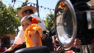 Una niña monta en un coche de caballos en el Cortijo de Torres. FOTO: Migue Fernández