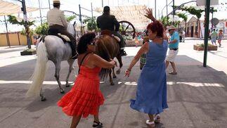 La diversión también se instala de día en el Real de la Feria. FOTO: Migue Fernández