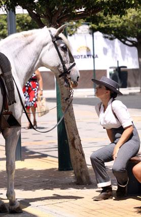 Un descanso nunca viene mal. Hombres y mujeres montaban a caballo por las distintas calles del Real. FOTO: Migue Fernández