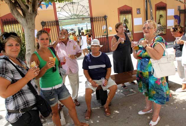 Cualquier sitio vale para disfrutar en buena compañía de la hora de la comida. FOTO:Migue Fernández