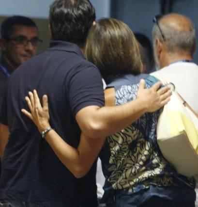 Familiares de las víctimas del accidente del avión de Spanair que se disponía a volar entre Madrid y Gran Canaria, durante la rueda de prensa ofrecida en el aeropuerto de Barajas los representantes de la Asociación de Afectados del Vuelo JK5022, cuando se cumple un año del siniestro, en el que murieron 154 personas.