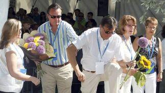 Familiares de las víctimas del accidente del avión de Spanair que se disponía a volar entre Madrid y Gran Canaria contemplan emocionados una placa conmemorativa, en los jardines de la T-2 del aeropuerto de Barajas.