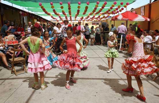 Niñas flamencas bailando en el Real. /Migue Fernández