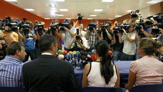 Numerosos cámaras y fotógrafos, al inicio de la rueda de prensa que ofrecieron hoy en el aeropuerto de Madrid-Barajas los representantes de la Asociación de Afectados del Vuelo JK5022.