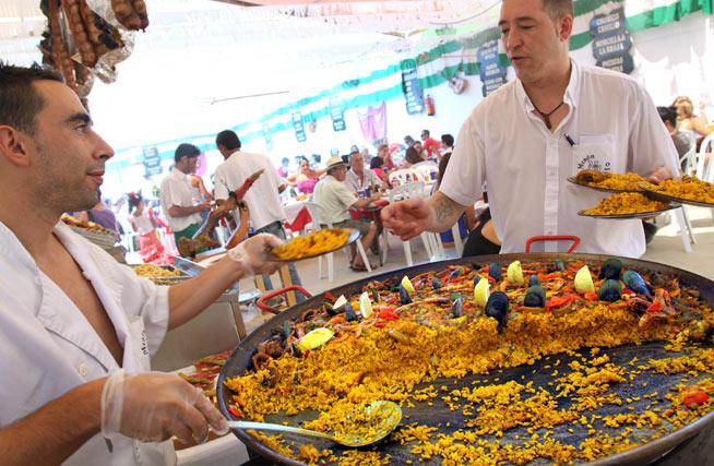Una gran cantidad de casetas del Real ofrecen degustaciones gratid de paella. FOTO: Migue Fernández