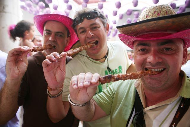 Reponer fuerzas y disfrutar de una buena comida es esencial en feria. FOTO: Punto Press