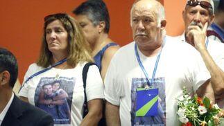 Algunos familiares de las víctimas llevaban camisetas con fotografías de los fallecidos serigrafiadas.